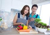 Parejas en cocina — Foto de Stock