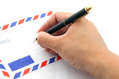 Perspectiva de mano escribiendo la dirección en sobre de correo aéreo — Foto de Stock