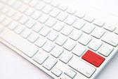 Perspektywy czerwony przycisk powrót na białe nowoczesne klawiatury — Zdjęcie stockowe