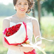 Beautiful bride outdoors with rose bouquet — 图库照片