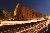 свеча света след буддизма церемонии в храм руины в сумерках o — Стоковое фото