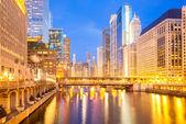 Chicago centrum en rivier schemering — Stockfoto