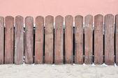 Valla de madera en pared vieja rosa — Foto de Stock
