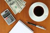 Peníze, kalkulačka, poznámkový blok a pero — Stock fotografie