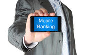 Uomo d'affari tiene smart phone con parole di mobile banking — Foto Stock