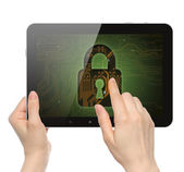 女性の手を保持してロックをタブレット pc に触れる — ストック写真