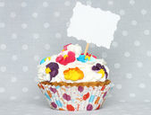 Cupcake with blank card — Stock Photo