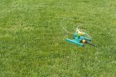 Zahradní postřikovače zelené trávě — Stock fotografie