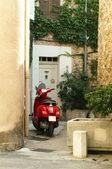 小踏板车停在旧的季度建筑 — 图库照片