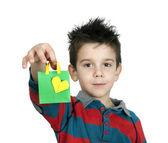 Pojke som skrattar och håller shopping väska med hjärta. — Stockfoto