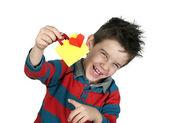 Chlapec, který se směje a má nákupní tašku se srdcem. — Stock fotografie