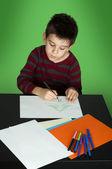 Menino desenhando com marcadores — Fotografia Stock