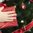 Children's hands holding Christmas gift - Foto Stock