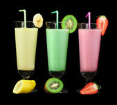 Banana, kiwi and strawberry milk shake and fresh fruis — Stock Photo