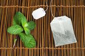 Bustina di tè e menta fresca — Foto Stock