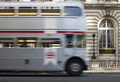Red vintage bus in London. — Stockfoto
