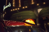 Harrods department store and taxi — Stock Photo
