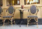Tables in front of restaurant — Stockfoto