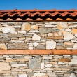 Wall built of stones. Sun light — Stock Photo
