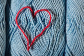 Knitted red heart on blue — 图库照片