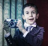 ビンテージ カメラで写真を撮る子 — ストック写真