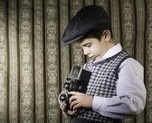 Niño tomando fotos con la cámara vintage — Foto de Stock