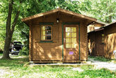 Wooden bungalows on campsite camping — Stock Photo