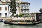 древние здания и лодки на канале в венеции — Стоковое фото