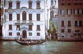 Oude gebouwen in venetië. boten afgemeerd in het kanaal. gondol — Stockfoto