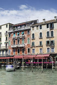 Ancient buildings and boats in the channel in Venice — Foto de Stock