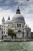 Ancient buildings and boats in the channel in Venice — Stockfoto