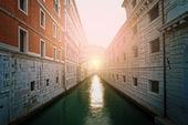 Alte gebäude und boote im kanal in venedig — Stockfoto