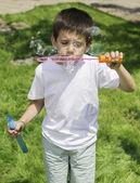 ребенок делает пузыри — Стоковое фото