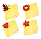 Sheets of paper with ladybug  flower heart asterisk — Stock Vector