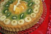Cake with fruit: kiwi, banana, mandarin — Stock Photo