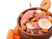 Keramische pot met rundvlees met ui en de wortel — Stockfoto