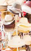 Soporte del mercado con sombreros — Foto de Stock
