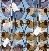 Soporte del mercado con gafas de sol — Foto de Stock