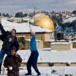trois adolescents avec des boules de neige — Photo