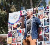 ポップ歌手のプライド パレードの前に実行されます。 — ストック写真