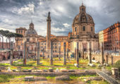 Grungy vintage picture of Trajan's column and cathedral on Piazz — Stock Photo