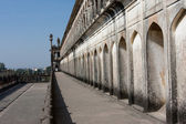 Arched wall of the Mughal shrine Bara Imambara in Lucknow — Stock Photo