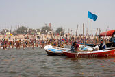 Crowd of at the confluence of the Ganges and the Yamuna — Stock Photo
