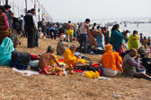 Pilgrims rest near the confluence of the Ganges and the Yamuna — Stock Photo