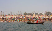 Hindu worshipers bathe in the confluence of the Ganges and the Yamuna — Stock Photo