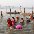 Asian women come to the confluence of the Ganges and the Yamuna river — Stock Photo