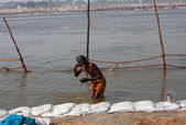 Elderly man bathe in the confluence of the holy Ganges and the Yamuna river — Stock Photo