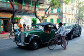 Antique voiture anglais effondrée sur la route près du cycliste — Photo
