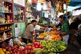 Customer buys fruit in the colorful market — Stock Photo
