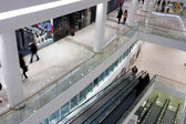 Customers on the levels of a shopping mall — Stockfoto